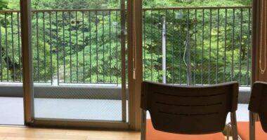 椅子と外の景色